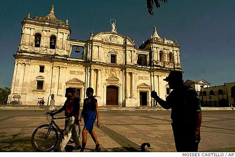 Tourists walk in front of the Cathedral of the Asuncion in Leon, 90km north of Managua, Nicaragua, in this Feb. 7, 2005 file photo. Attracted by it's exhuberant nature, indigenous cultutres and vestiges of a colonial past, more and more tourists are now visiting Central America. Photo: MOISES CASTILLO, AP