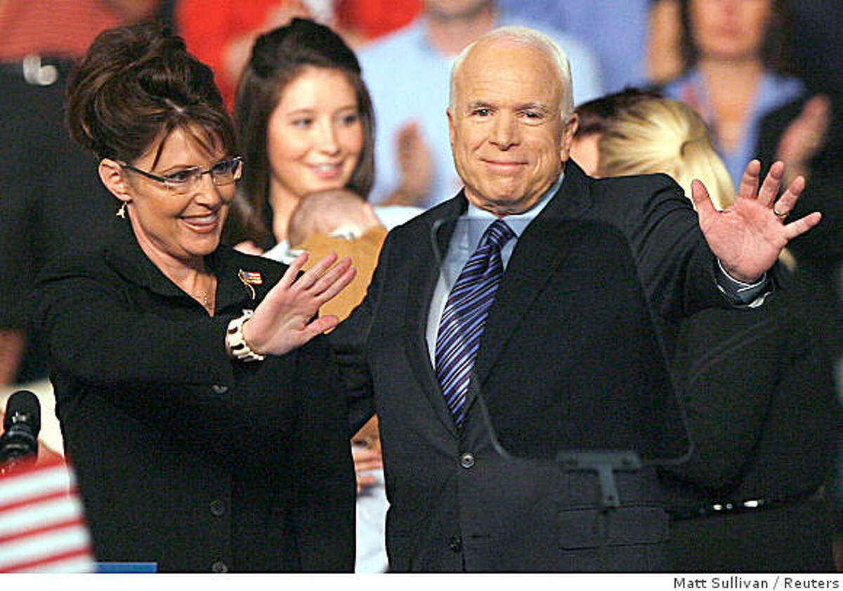 US Republican presidential candidate Senator John McCain (R-AZ) introduces his vice presidential running mate Alaska Governor Sarah Palin (L) at a campaign event in Dayton, Ohio August 29, 2008. REUTERS/Matt Sullivan (UNITED STATES) US PRESIDENTIAL CAMPAIGN 2008 (USA)