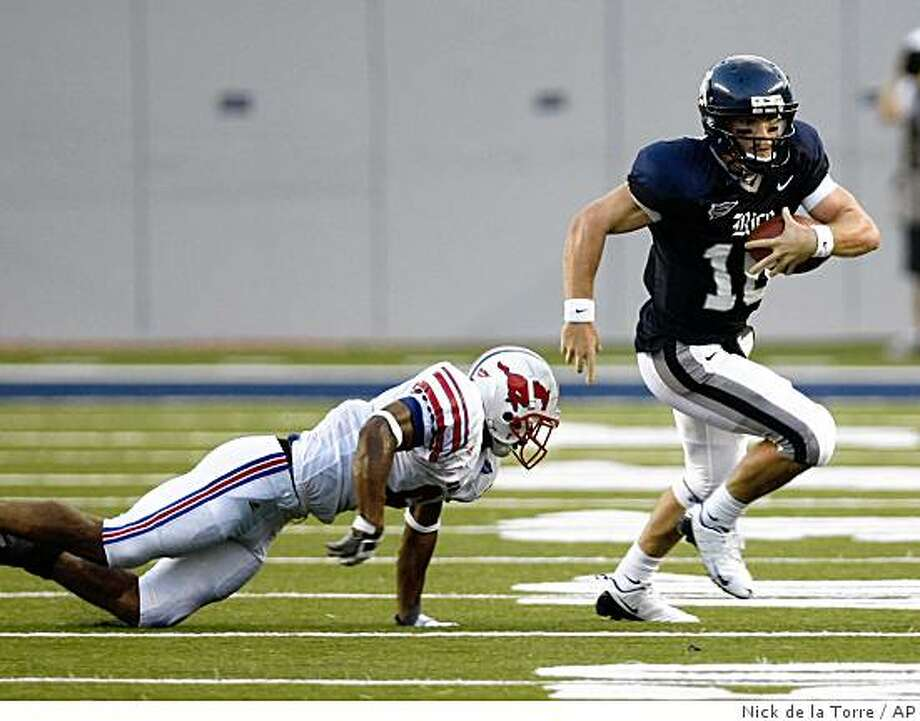 Rice quarterback Chase Clement, right, out runs Southern Methodist defender Bryan McCann in the first quarter of his game Friday, Aug. 29, 2008, in Rice Stadium in Houston.  (AP Photo/Houston Chronicle, Nick de la Torre) Photo: Nick De La Torre, AP