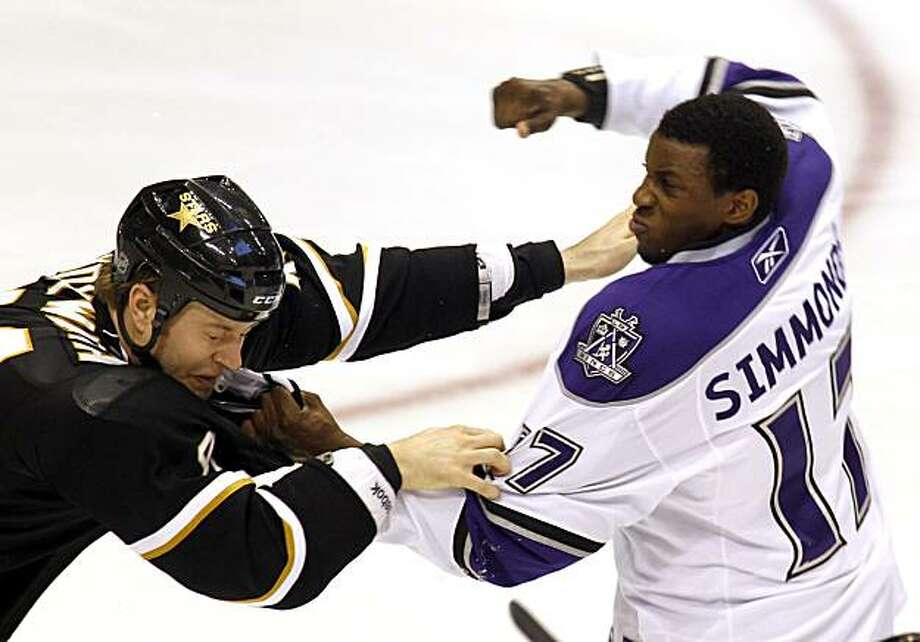 Dallas Stars defenseman Jeff Woywitka (44) fights with Los Angeles Kings right wing Wayne Simmonds (17) in the second period during an NHL hockey game, Tuesday, March  2, 2010, in Dallas, Texas. Photo: Sharon Ellman, AP