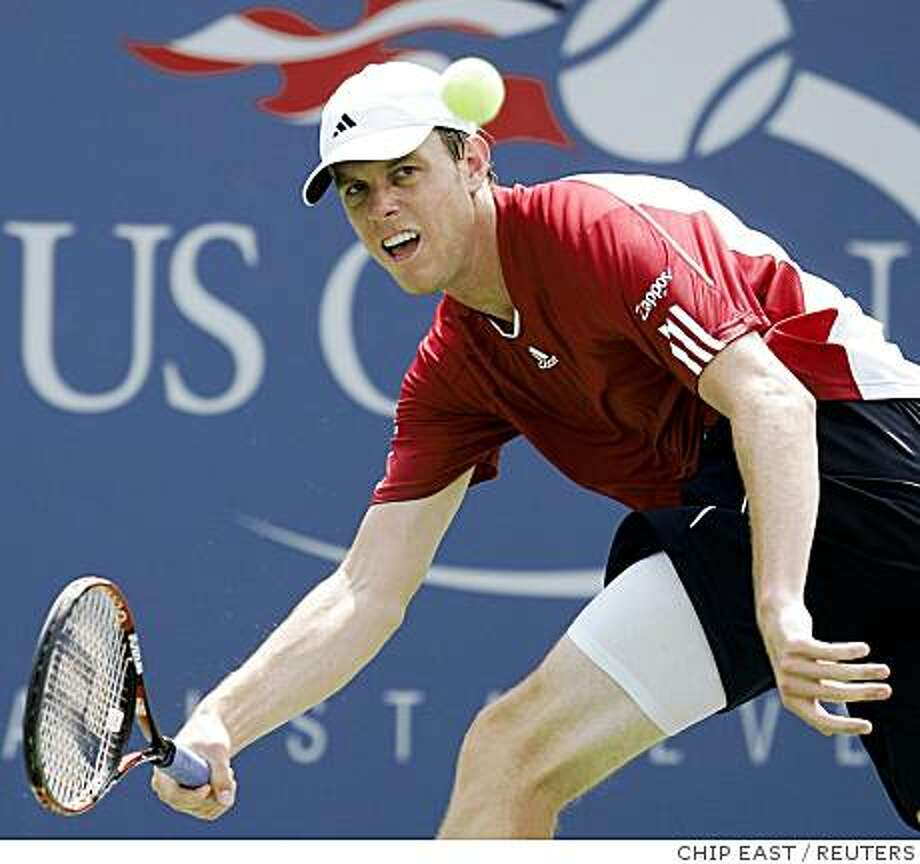 Sam Querrey of the US returns a shot to Ivo Karlovic of Croatia during their match at the U.S. Open tennis tournament at Flushing Meadows in New York, August 30, 2008.   REUTERS/Chip East (UNITED STATES) Photo: CHIP EAST, REUTERS