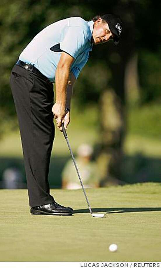 Golfer Phil Mickelson of the U.S. putts on the 12th green at the Ridgewood Country Club during the second round of the PGA Tour Barclays tournament in Paramus, New Jersey August 22, 2008. REUTERS/Lucas Jackson  (UNITED STATES) Photo: LUCAS JACKSON, REUTERS
