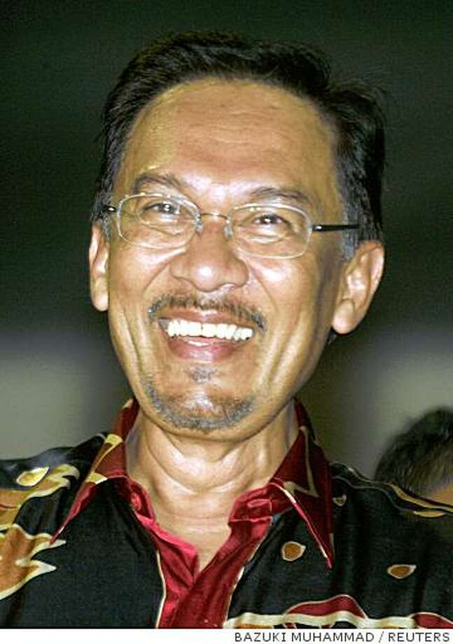 Malaysia's leading opposition figure Anwar Ibrahim smiles after winning a by-election in Permatang Pauh, 370 km (230 miles) north of Kuala Lumpur, August 26, 2008. Anwar, Malaysia's best known opposition politician,  scored a bigger than expected victory in a key by-election on Tuesday, boosting his chances of becoming the country's next prime minister. REUTERS/Bazuki Muhammad (MALAYSIA) Photo: BAZUKI MUHAMMAD, REUTERS