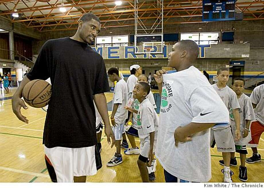 Basketball player Leon Powe works with kids at a basketball camp at Meritt College in Oakland, Calif., on Saturday, August 23, 2008. Photo: Kim White, The Chronicle