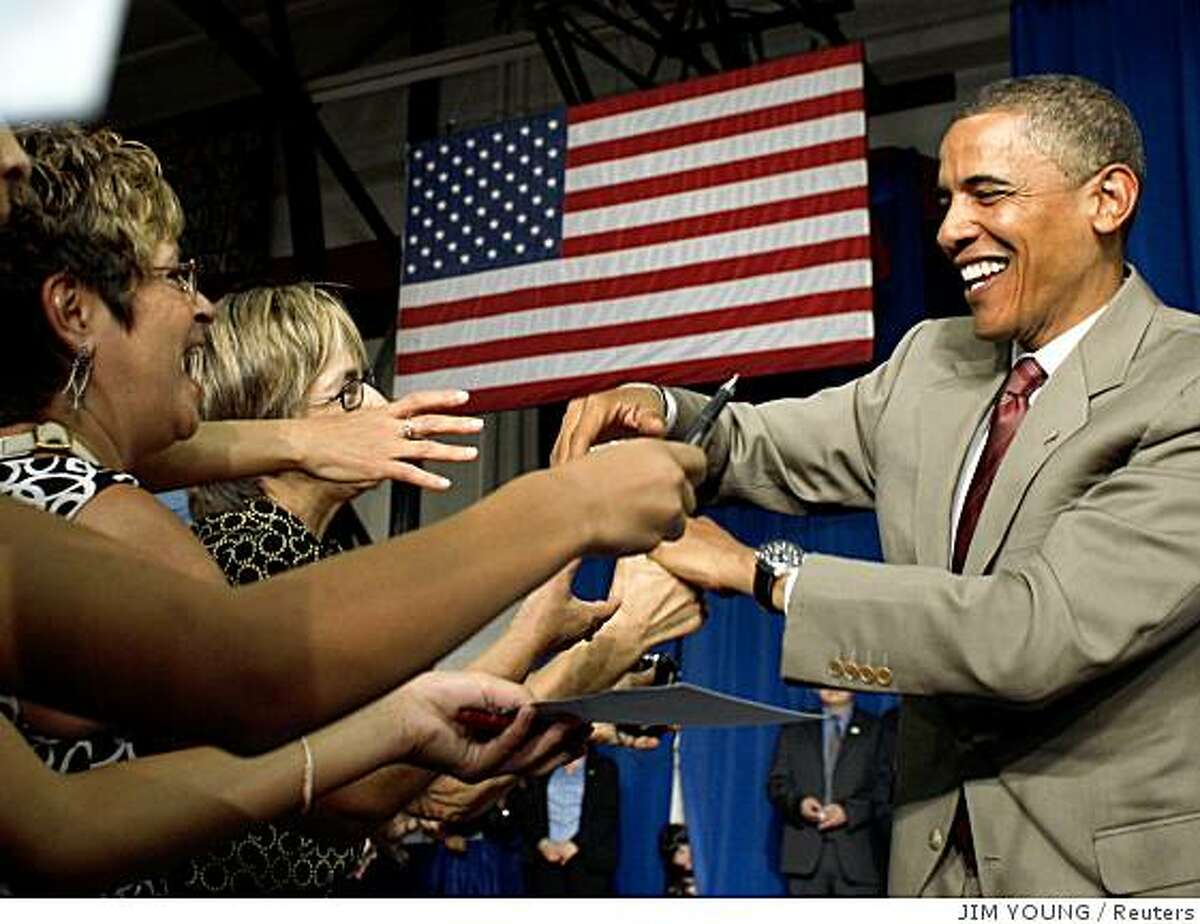 US Democratic presidential candidate Senator Barack Obama (D-IL) greets supporters as he arrives at the town hall at Rio Grande High School in Albuquerque, New Mexico, August 18, 2008. REUTERS/Jim Young (UNITED STATES) US PRESIDENTIAL ELECTION CAMPAIGN 2008 (USA)