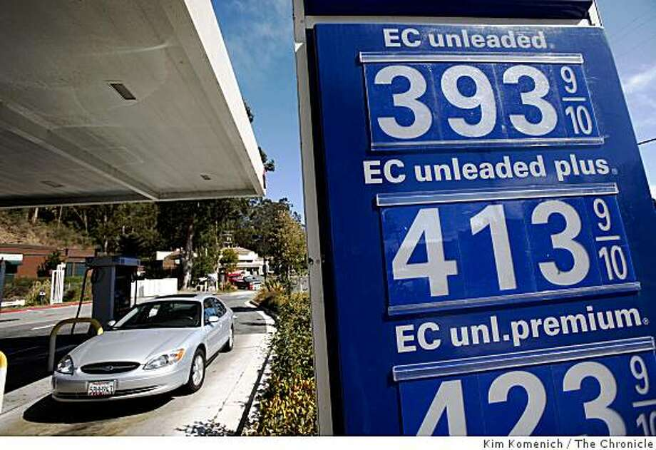 Gas is selling for under $4.00 at the Arco station at 789 Redwood Highway in Mill Vallay  Calif., on Aug. 20, 2008. Photo: Kim Komenich, The Chronicle