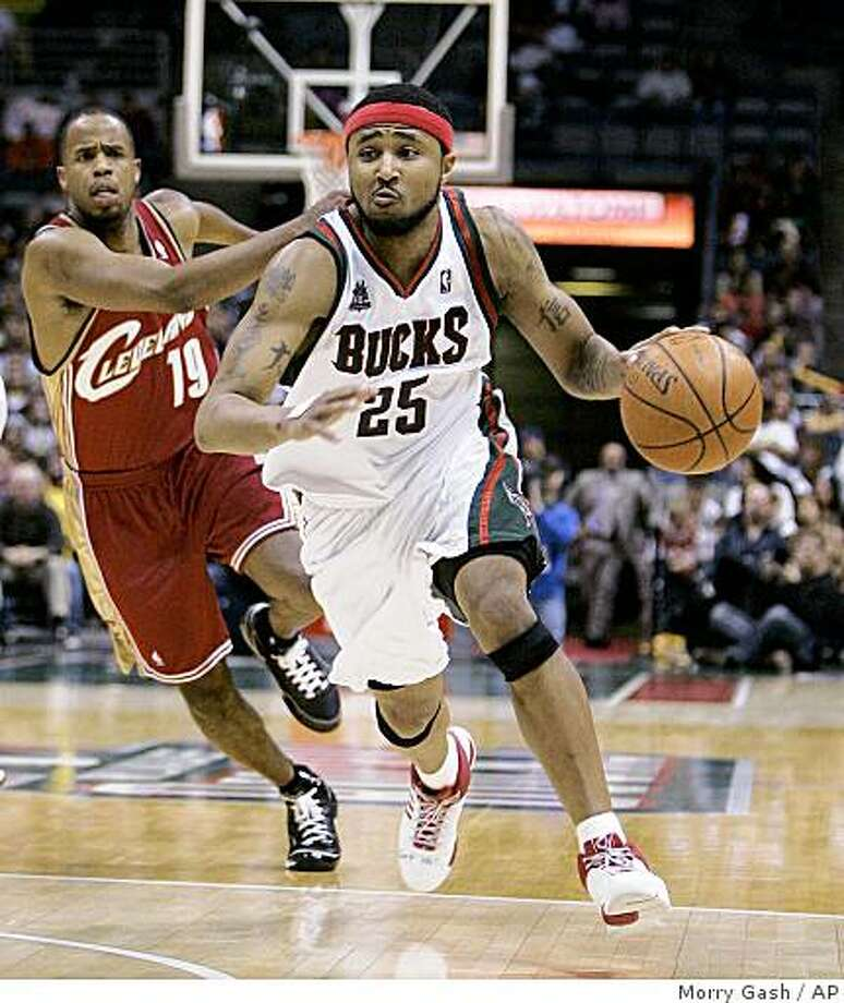 ** FILE ** In this March 22, 2008 file photo, Milwaukee Bucks' Mo Williams drives past Cleveland Cavaliers' Damon Jones (19) during the second half of an NBA basketball game in Milwaukee. The high-scoring Milwaukee point guard Mo Williams has been traded to Cleveland as part of a three-team trade that also involves Oklahoma City. The six-player deal was completed Wednesday, Aug. 13, 2008. (AP Photo/Morry Gash, File) Photo: Morry Gash, AP