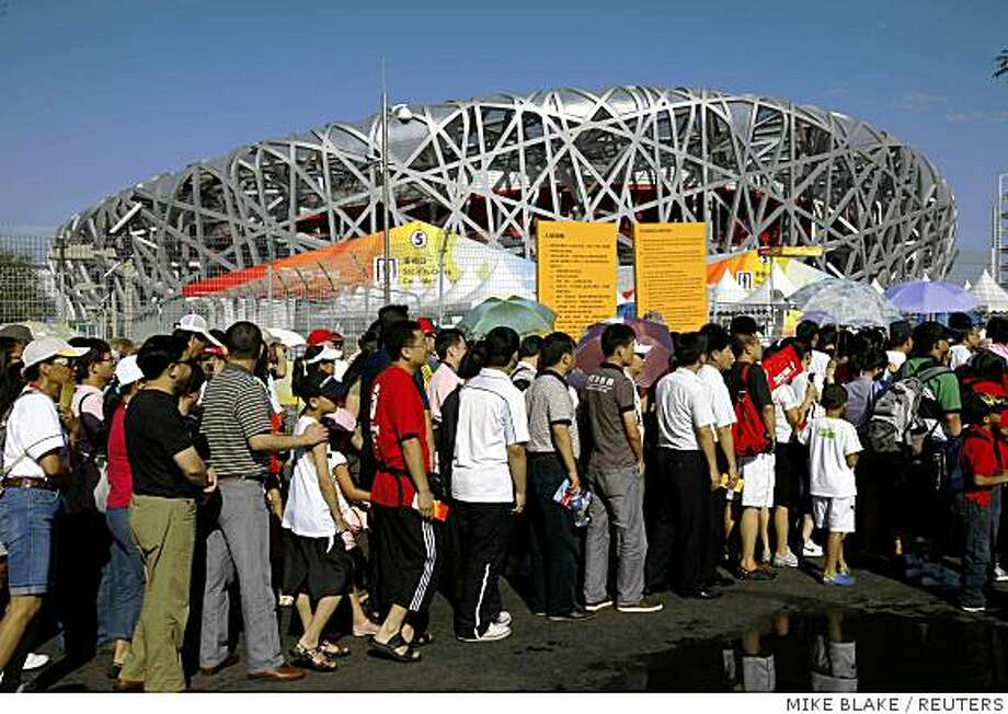 Spectators queue to enter the National Stadium on the eighth day of the the Beijing 2008 Olympic Games, August 16, 2008.     REUTERS/Mike Blake (CHINA) Photo: MIKE BLAKE, REUTERS