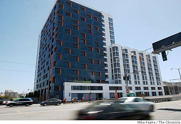 Construction is being completed on the Arterra, a new tower at Mission Bay, on Thursday July 31, 2008 in San Francisco. Photo: Mike Kepka, The Chronicle