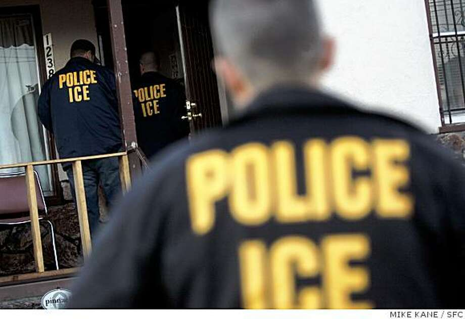 ICE agents enter a house in search of a criminal alien immigrant, for which they have an arrest warrant, in Oakland, CA, on Tuesday, August, 21, 2007. Photo: MIKE KANE, SFC