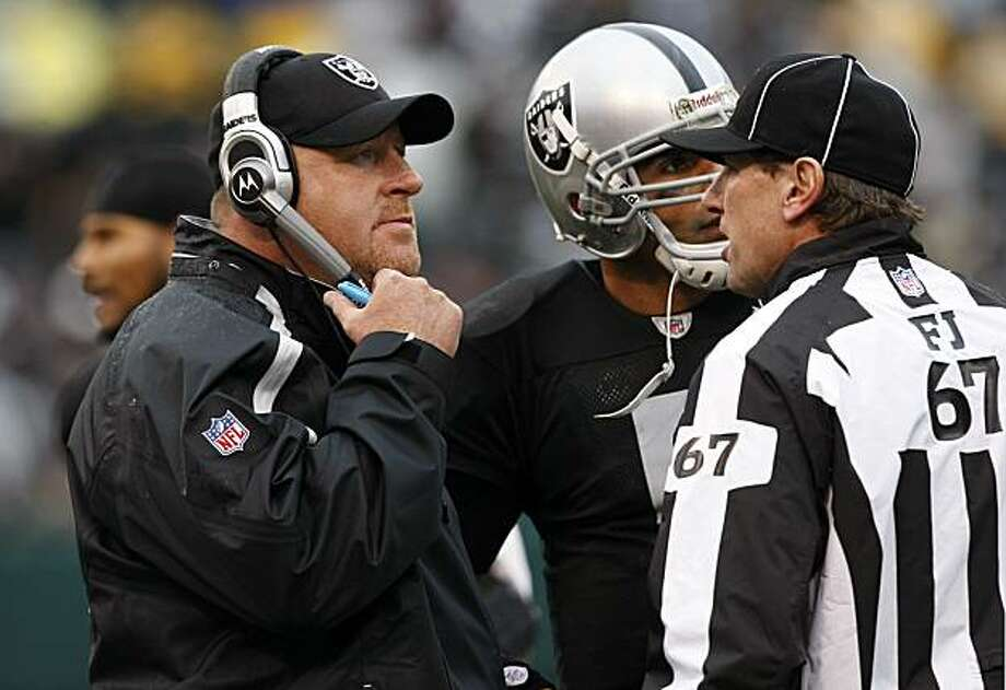 Raiders head coach Tom Cable and quarterback Bruce Gradkowski talk with umpire Doug Rosenbaum about a call Sunday in Oakland. Photo: Lacy Atkins, The Chronicle