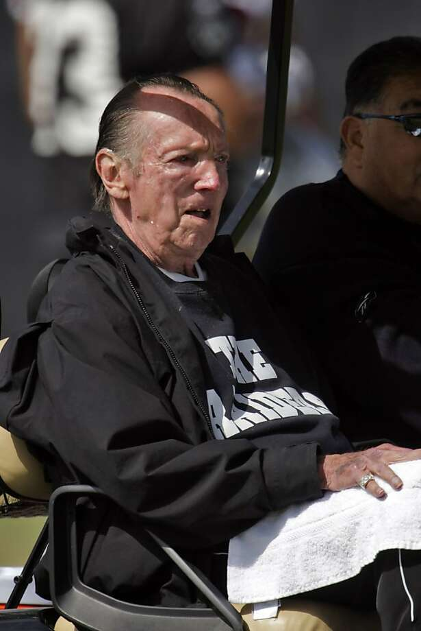 Raiders owner, Al Davis, leaves the field after practice at the Raiders training camp. Photo: Carlos Avila Gonzalez, The Chronicle