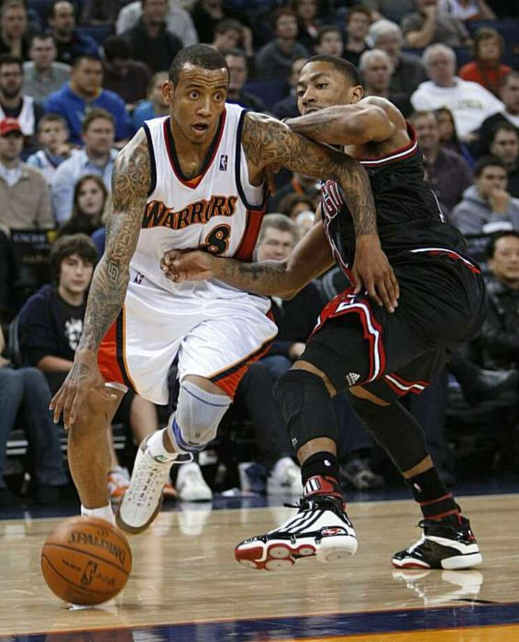 Golden State Warriors guard Monta Ellis dribbles past Chicago Bulls guard Derrick Rose during the second half of an NBA basketball game in Oakland, Calif., Monday, Jan. 18, 2010. Golden State won 114-97. Photo: Marcio Jose Sanchez, AP