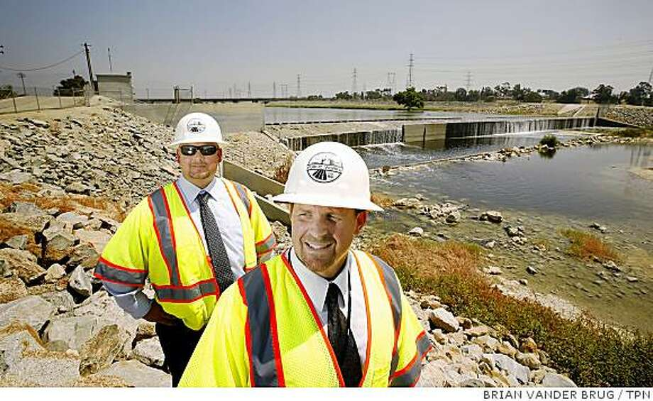Sterling Klippel, left, and Adam Walden of the Los Angeles County Department of Public Works say that their job is to maintain the water system for 2.4�million people, not the ducks.  Illustrates CALIF-RIVER (category a) by Louis Sahagun (c) 2008, Los Angeles Times. Moved Thursday, July 31, 2008. (MUST CREDIT: Los Angeles Times photo by Brian Vander Brug.) Photo: BRIAN VANDER BRUG, TPN