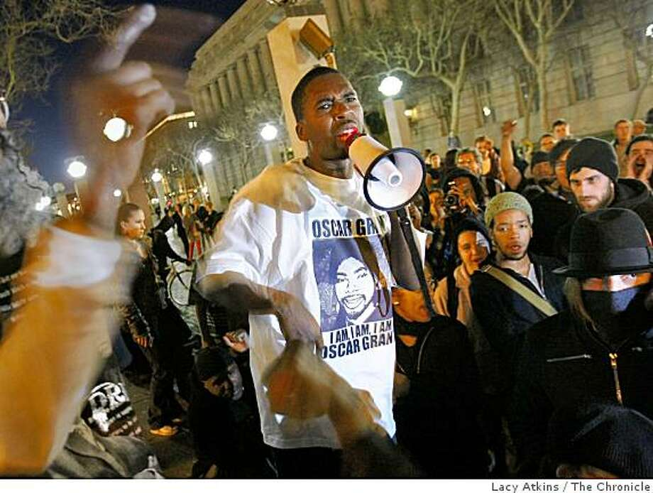 Kevin Epps lead the crowd of protesters  in a chant over the killing of Oscar Grant rally at BART's Civic Center, Monday Jan. 12, 2009, in San Francisco, Calif. Photo: Lacy Atkins, The Chronicle