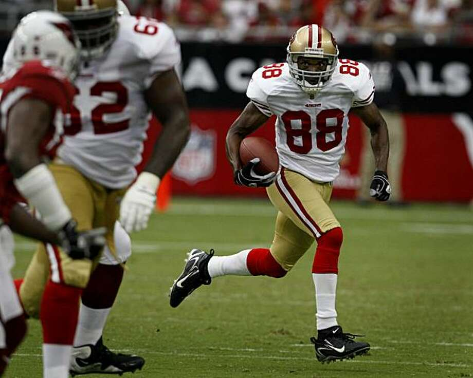 Wide receiver Isaac Bruce looks for room to run in the second quarter of the San Francisco 49ers vs. Arizona Cardinals NFL game in Glendale, Ariz., on Sunday, Sept. 13, 2009. Photo: Paul Chinn, The Chronicle