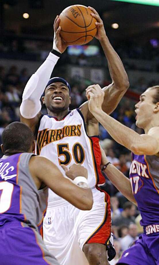 Golden State Warriors' Corey Maggette, center, shoots as Phoenix Suns' Leandro Barbosa, left, and Louis Amundson defend during the second half of an NBA basketball game, Saturday, Dec. 26, 2009 in Oakland, Calif. The Warriors beat the Suns 132-127.  (AP Photo/George Nikitin) Photo: George Nikitin, AP