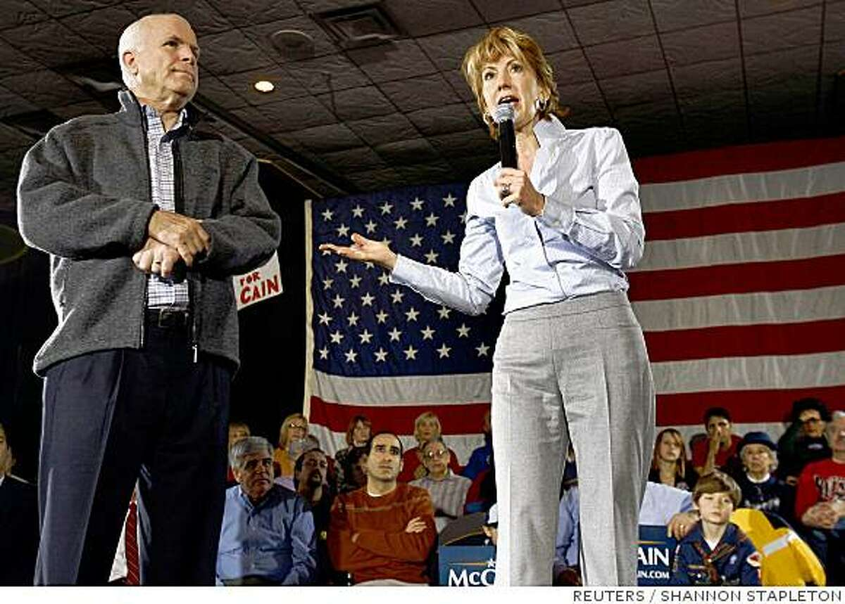 US Republican presidential candidate Senator John McCain (L) stands while Carly Fiorina, former chairman and chief executive officer of Hewlett-Packard, speaks during a campaign event in Warren, Michigan, January 12, 2008. (UNITED STATES) US PRESIDENTIAL ELECTION CAMPAIGN 2008 (USA)