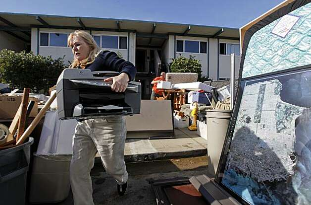 Linda Ducote helps a friend to move belongings after residents were ordered to evauate the apartment building at 330 Esplanade Drive in Pacifica, Ca. on Thursday December 17, 2009, as the cliff it is perched upon is slowly eroding leaving only 10 feet of land between the ocean and the structure. Photo: Michael Macor, The Chronicle