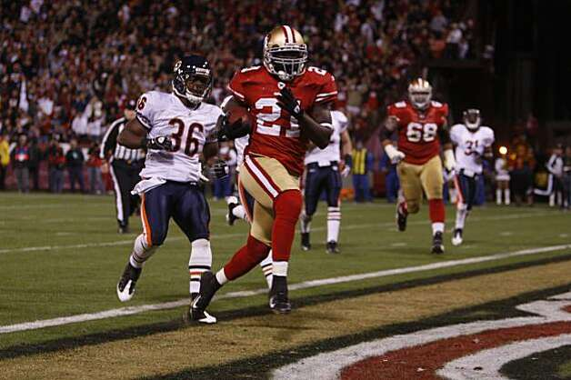San Francisco 49ers running back Frank Gore (21) scores on a 14 yard run in the 2nd quarter, chased by Chicago Bears' Danieal Manning (38) as the San Francisco 49ers take on the Chicago Bears on Thursday November 12, 2009 in San Francisco, Calif. Photo: Michael Macor, The Chronicle