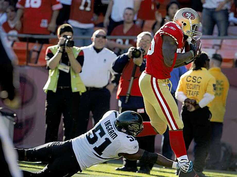 The 49ers' Vernon Davis brings down a 30-yard pass in the second quarter against the Jaguars at Candlestick Park on Sunday. Photo: Carlos Avila Gonzalez, The Chronicle
