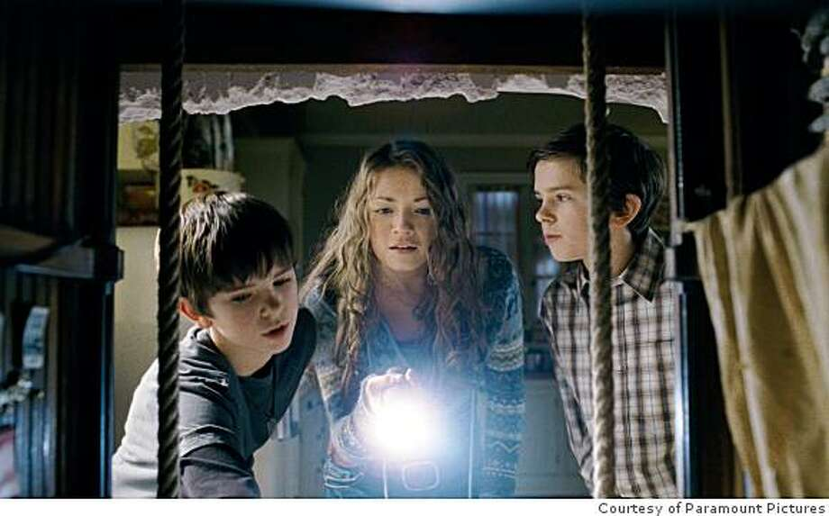 Mallory (SARAH BOLGER, center) and her brothers Jared and Simon (both FREDDIE HIGHMORE, left and right) move into their great-great-uncle Arthur Spiderwick?s secluded old house in ?The Spiderwick Chronicles.? Photo Credit: Courtesy of Paramount Pictures Photo: Courtesy Of Paramount Pictures