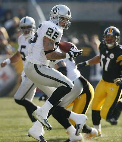 Oakland Raiders running back Justin Fargas (25) makes a catch in front of Pittsburgh Steelers linebacker James Farrior (51) in the first half of the NFL football game in Pittsburgh, Sunday, Dec. 6, 2009. (AP Photo/Keith Srakocic) Photo: Keith Srakocic, AP