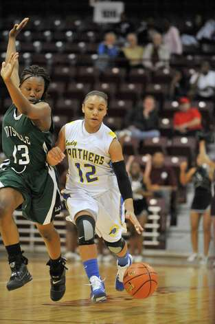 Ozen guard Asia Booker races up court against Huntsville defender Ceidra Coleman in the final minutes of the second half of their Class 4A regional final playoff matchup at the Aldine Campbell Center  in Aldine.   Saturday, February 26, 2011.  Valentino Mauricio/The Enterprise Photo: Valentino Mauricio / Beaumont