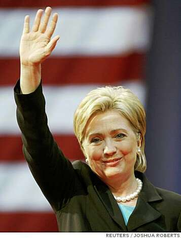US Democratic presidential candidate Senator Hillary Clinton (D-NY) acknowledges the crowd as she arrives at the National Building Museum in Washington June 7, 2008, where she will formally drop out of the contest and throw her support behind her rival of the last 16 months, presumptive Democratic presidential nominee Senator Barack Obama (D-IL).     REUTERS/Joshua Roberts (UNITED STATES)  US PRESIDENTIAL ELECTION CAMPAIGN 2008 (USA) Photo: JOSHUA ROBERTS, REUTERS