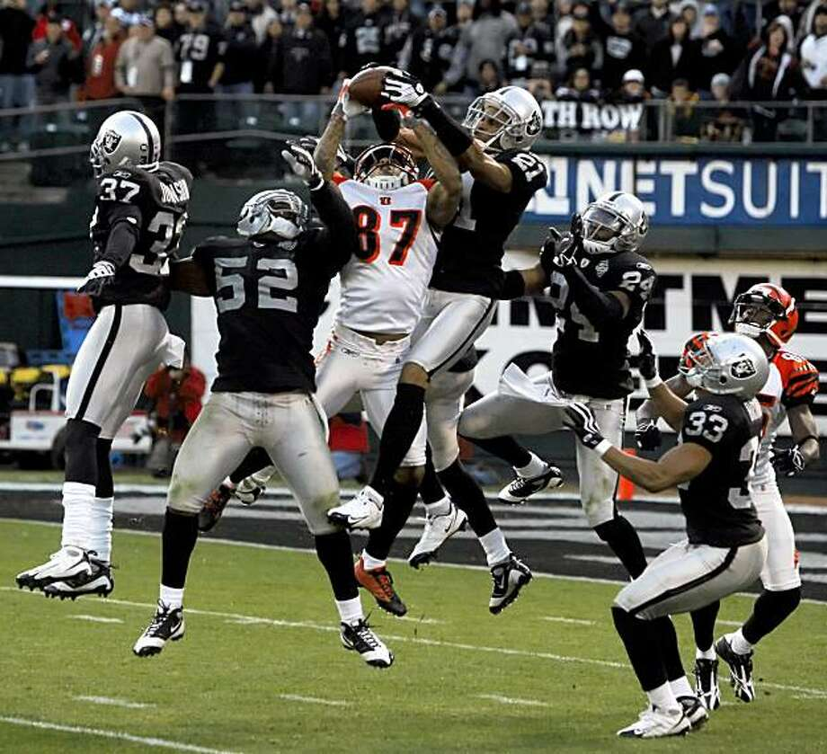 Nnamdi Asomugha intercepts a pass in the fourth quarter to help finish the Bengals in Oakland on Sunday. Photo: Carlos Avila Gonzalez, The Chronicle
