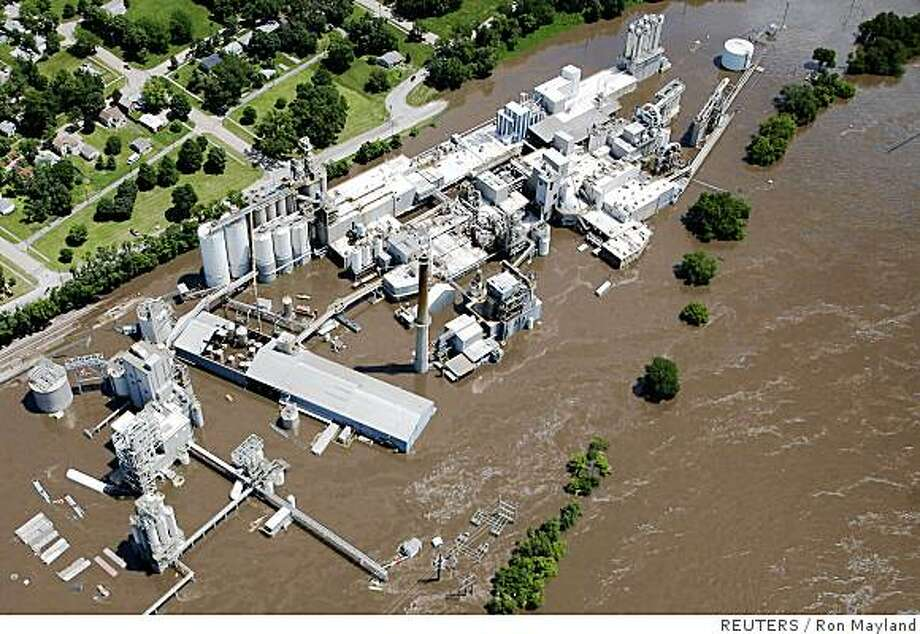 An aerial photograph shows the Cargill corn plant on the banks of the Cedar River inundated with flood waters South of downtown Cedar Rapids, Iowa June 13, 2008. Overflowing rivers in Iowa forced evacuations and disrupted the region's economy on Friday with fears of worse to come from fragile levees and more rain. Thousands were forced to leave their homes in the worst Midwest flooding in 15 years.   REUTERS/Ron Mayland   (UNITED STATES) Photo: Ron Mayland, REUTERS