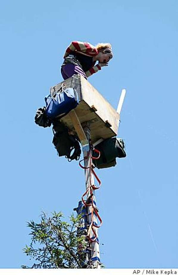 A protester named Dumpster Muffin screams as contractors dismantle ropes and supply systems erected by tree-sitters in a grove of old trees on University of California Berkeley campus on Wednesday June 18, 2008 in Berkeley, Calif. A court ruling to decide whether the university would have the right remove the trees to make way for a new stadium is expected Wednesday. (AP Photo/ The San Francisco Chronicle, Mike Kepka) ** MANDATORY CREDIT PHOTOGRAPHER AND CHRONICLE. NO SALES. MAGS OUT  ** Photo: Mike Kepka, AP