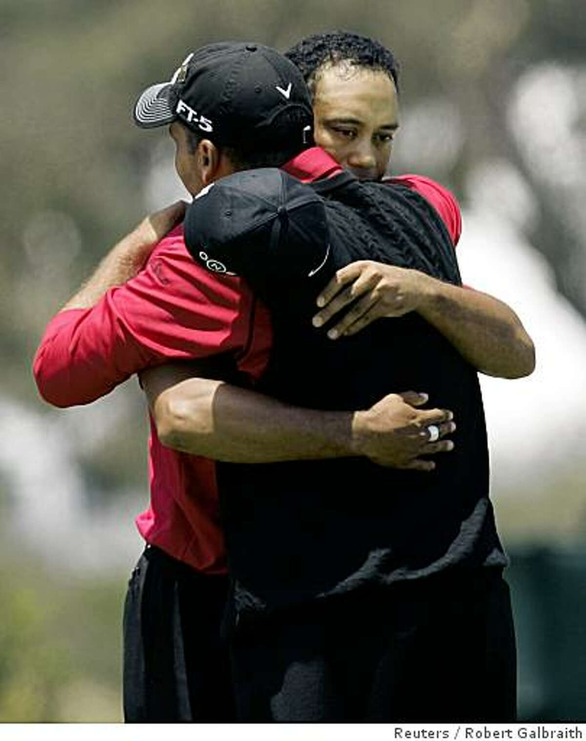 Rocco Mediate (front) and Tiger Woods hug after Woods won the playoff round of the U.S. Open golf championship at Torrey Pines in San Diego June 16, 2008. REUTERS/Robert Galbraith (UNITED STATES)