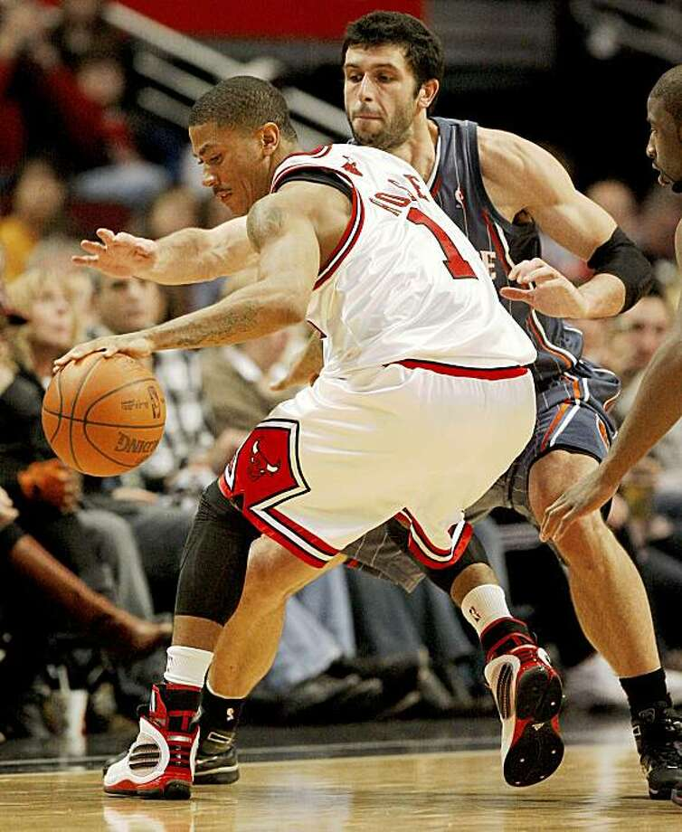 Chicago Bulls Derrick Rose dribbles the ball away from Charlotte Bobcats Vladimir Radmanovic during the fourth quarter of their game at the United Center in Chicago, Illinois, on Saturday, November 7, 2009. (Nuccio DiNuzzo/Chicago Tribune/MCT) Photo: Nuccio DiNuzzo, MCT