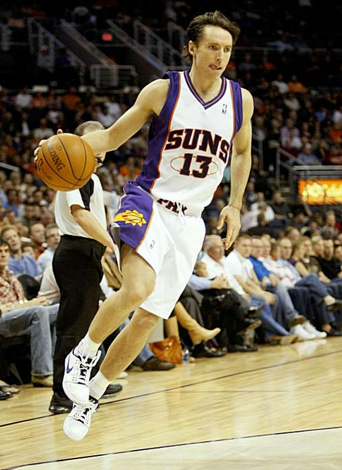 Phoenix Suns' Steve Nash drives the baseline against the Memphis Grizzlies during the fourth quarter of an NBA basketball game Wednesday, Nov. 25, 2009, in Phoenix. (AP Photo/Matt York)