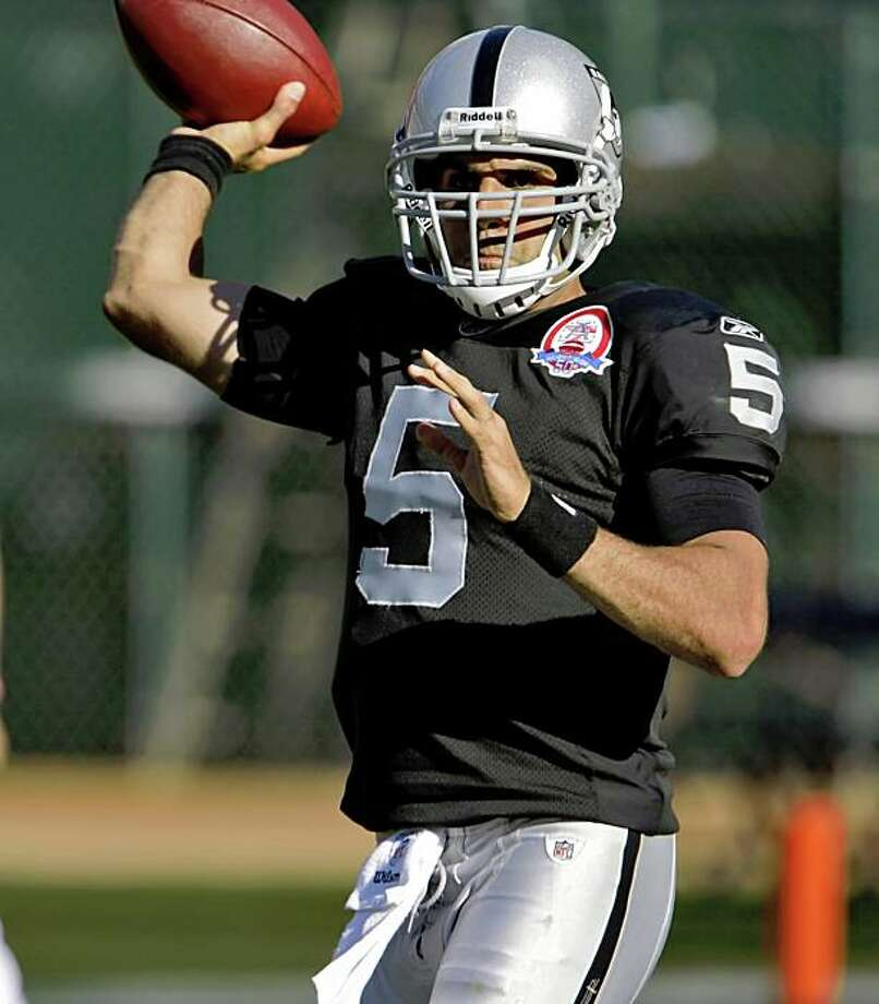 Raiders quarterback Bruce Gradkowski throws in the fourth quarter of the game Sunday. Photo: Carlos Avila Gonzalez, The Chronicle
