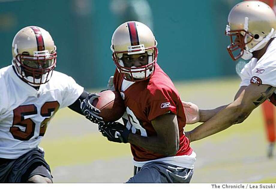 Isaac Bruce (center) works out with the 49ers in Santa Clara on Monday, June 2 2008 on the first day of Organized Team Activity.Photo By Lea Suzuki/ The Chronicle Photo: Lea Suzuki, The Chronicle