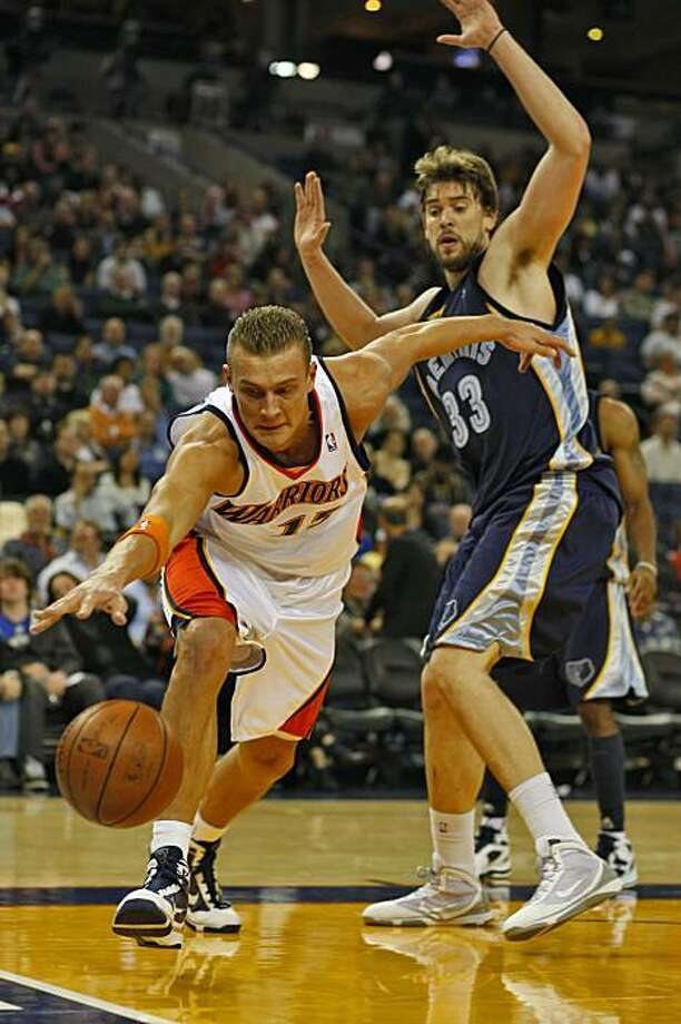 Andris Biedrins tries to stop the ball from going out of bounds while being guarded by Memphis Grizzles Marc Gasol. Photo: Lacy Atkins, The Chronicle