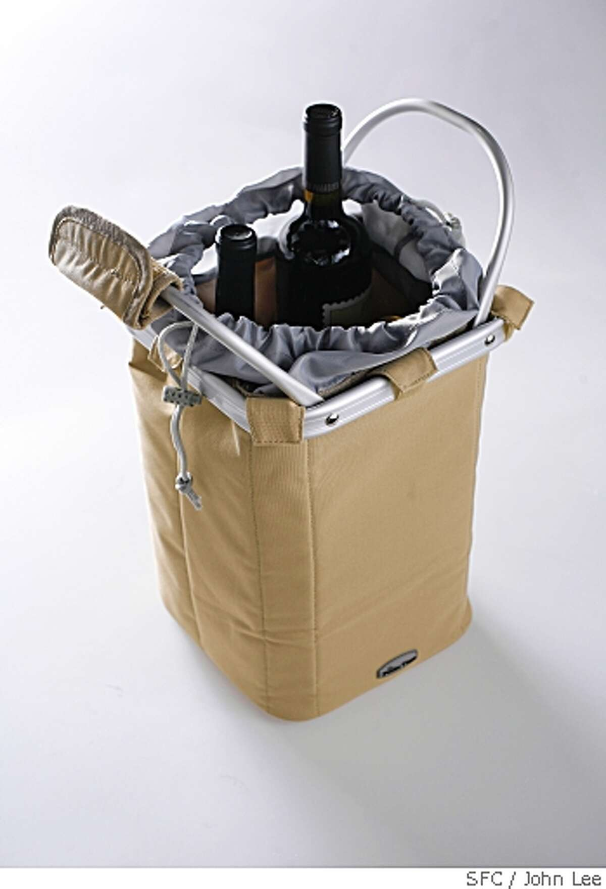 SN09_WINETOTE_JOHNLEE.JPG MAY 1, 2008: Metro Picnic Time wine tote.BY JOHN LEE / SPECIAL TO THE CHRONICLE
