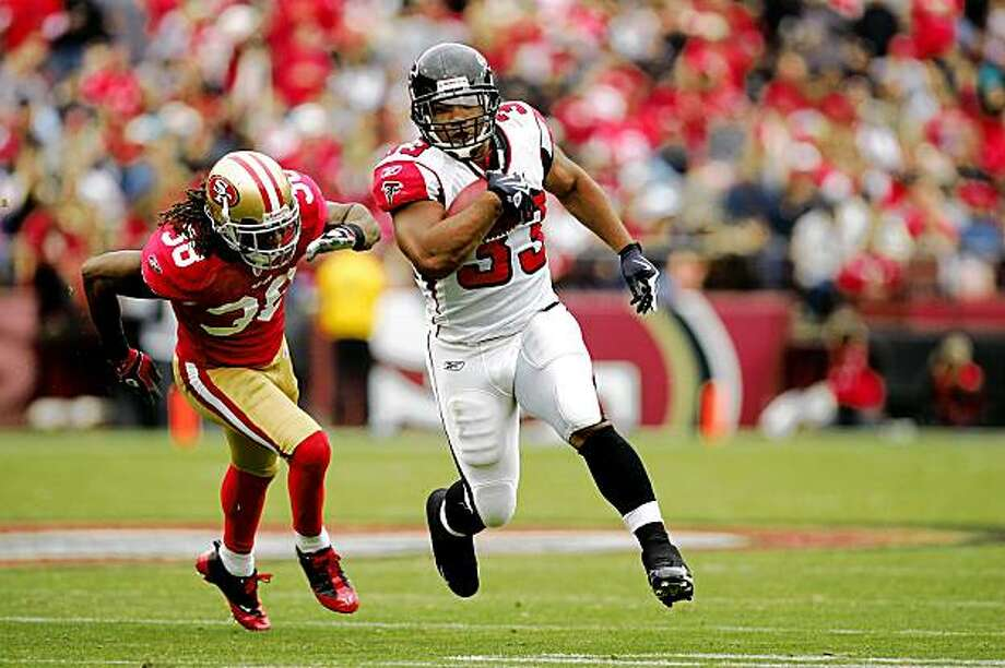 SAN FRANCISCO - OCTOBER 11:  Michael Turner #33 of the Atlanta Falcons runs past Dashon Goldson #38 of the San Francisco 49ers at Candlestick Park on October 11, 2009 in San Francisco, California.  (Photo by Ezra Shaw/Getty Images) Photo: Ezra Shaw, Getty Images