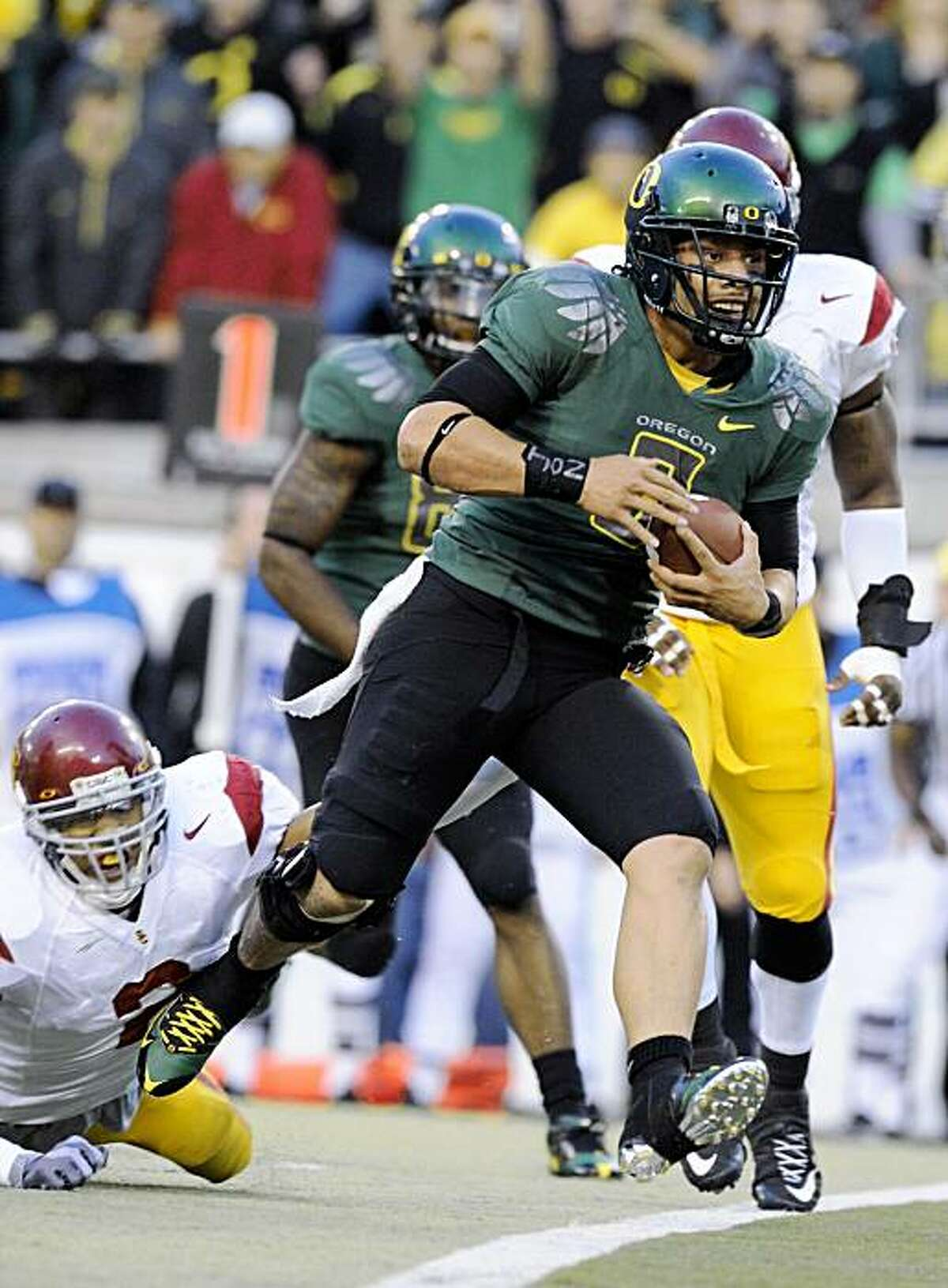 EUGENE, OR - OCTOBER 31: Quarterback Jeremiah Masoli #8 of the Oregon Ducks breaks the tackle of safety Taylor Mays #2 as he scores a touchdown in the first quarter of the game at Autzen Stadium on October 31, 2009 in Eugene, Oregon. (Photo by Steve Dykes/Getty Images)