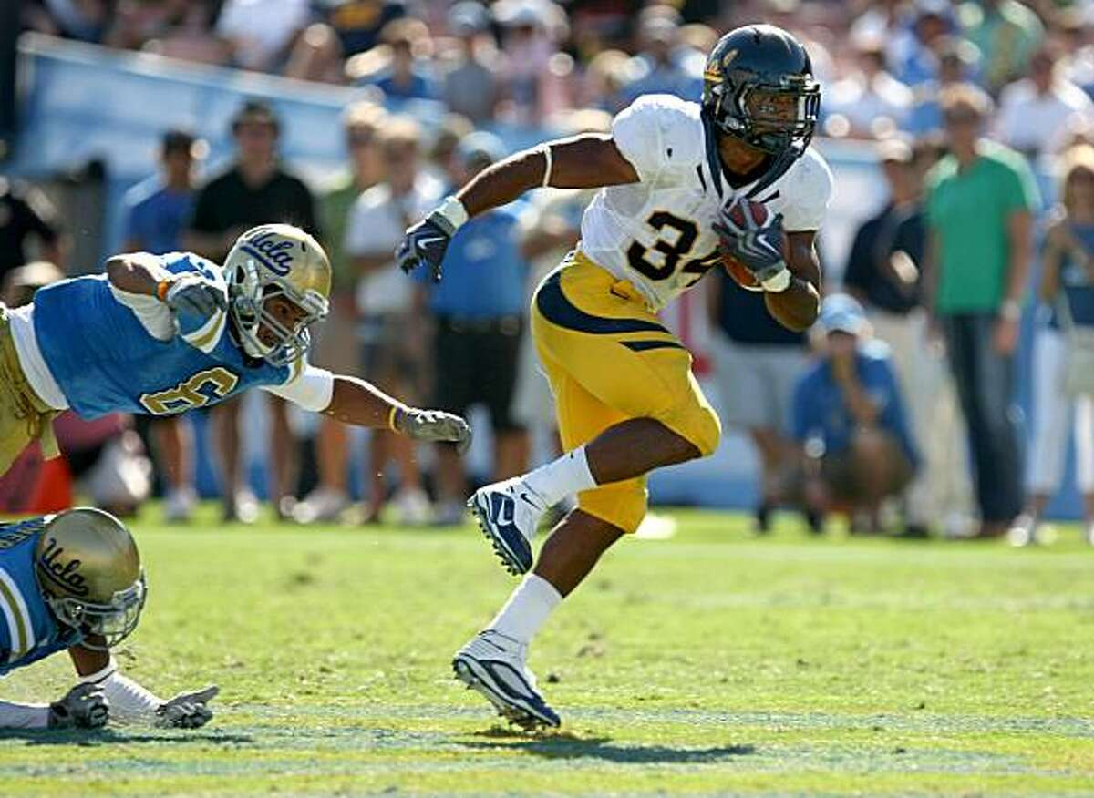 PASADENA, CA - OCTOBER 17: Running back Shane Vereen #34 of the California Golden Bears carries the ball against the UCLA Bruins on October 17, 2009 at the Rose Bowl in Pasadena, California. Cal won 45-26. (Photo by Stephen Dunn/Getty Images)