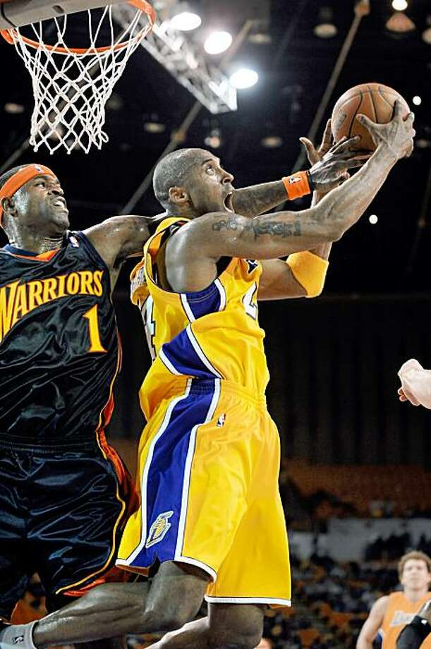 INGLEWOOD, CA - OCTOBER 9:  Kobe Bryant #24 of the Los Angeles Lakers goes to the basket against Stephen Jackson #1 of the Golden State Warriors during a pre-season game at The Forum on October 9, 2009 in Inglewood, California. NOTE TO USER: User expressly acknowledges and agrees that, by downloading and/or using this Photograph, user is consenting to the terms and conditions of the Getty Images License Agreement. Mandatory Copyright Notice: Copyright 2009 NBAE (Photo by Juan Ocampo/NBAE via Getty Images) *** Local Caption *** Kobe Bryant;Stephen Jackson Photo: Juan Ocampo, NBAE/Getty Images