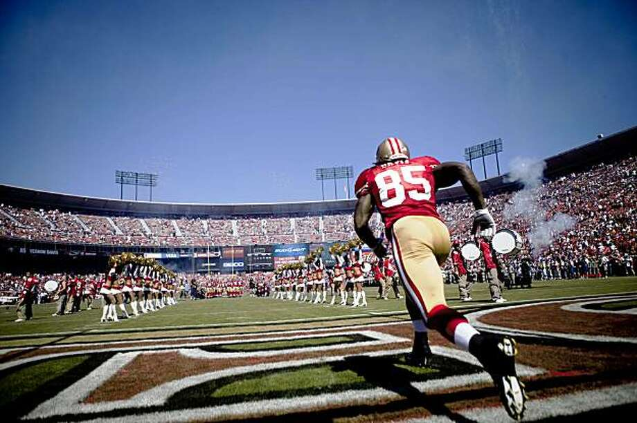 Tight end Vernon Davis of the San Francisco 49ers run into the field during the home opener against the visiting Seattle Seahawks at  Candlestick Park in San Francisco on Sunday. Photo: Stephen Lam, The Chronicle