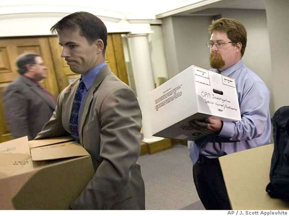 FBI agents remove boxes from the Office of the Special Counsel Scott Bloch in downtown Washington after a subpoena search of Bloch's work area and computers, Tuesday, May 6, 2008. (AP Photo/J. Scott Applewhite) Photo: J. Scott Applewhite