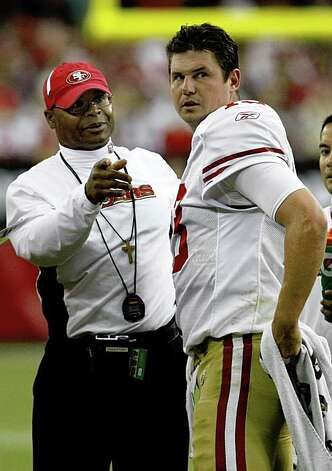Head coach Mike Singletary talks with quarterback Shaun Hill during a timeout in the fourth quarter of the San Francisco 49ers vs. Arizona Cardinals NFL game in Glendale, Ariz., on Sunday, Sept. 13, 2009. Photo: Paul Chinn, The Chronicle