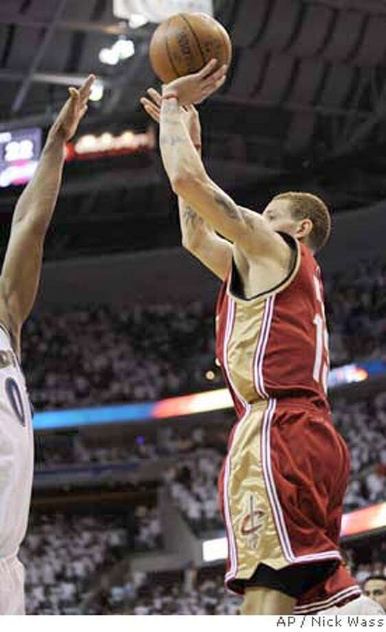 ###Live Caption:Cleveland Cavaliers' Delonte West, right, shoots a three-pointer over Washington Wizards' Gilbert Arenas, left, during the closing seconds of the fourth quarter of game four of an NBA basketball first round playoff game, Sunday, April 27, 2008, in Washington. The Cavaliers won 100-97. (AP Photo/Nick Wass)###Caption History:Cleveland Cavaliers' Delonte West, right, shoots a three-pointer over Washington Wizards' Gilbert Arenas, left, during the closing seconds of the fourth quarter of game four of an NBA basketball first round playoff game, Sunday, April 27, 2008, in Washington. The Cavaliers won 100-97. (AP Photo/Nick Wass)###Notes:Delonte West###Special Instructions:EFE OUT Photo: Nick Wass