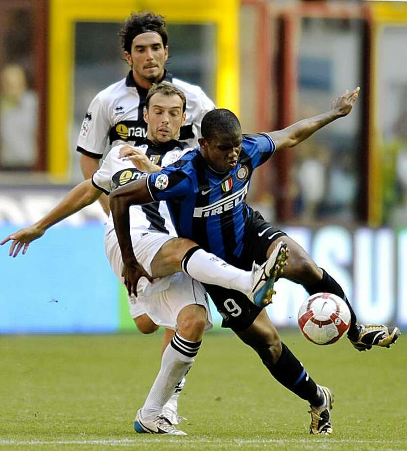 Inter Milan's Samuel Eto'o, of Cameroon, right, vies for the ball with Parma's Damiano Zenoni, left, and Cristiano Lucarelli, in the background, during a Serie A soccer match between Inter Milan and Parma, in Milan's San Siro Stadium, Italy, Sunday, Sept. 13, 2009. Inter Milan won 2-0. (AP Photo/Marco Vasini) Photo: Marco Vasini, AP