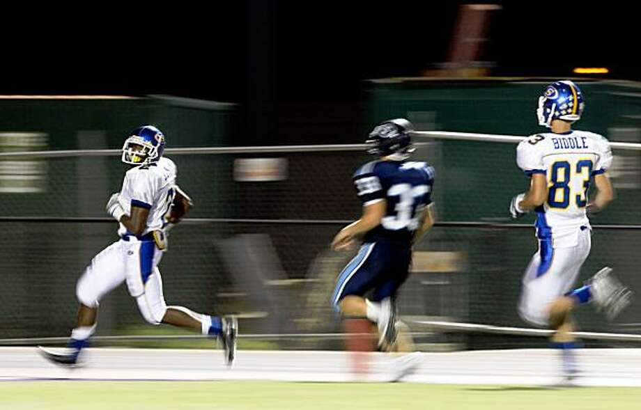 Serra's Adonis Smith (L) outruns Bellarmine 's Mike Dirkson as as Serra's Greg Biddle trails the play during the second period of the 31-23 Serra Padre victory over the Bellarmine Bells at San Jose City College in San Jose, Calif., on Friday, October 24, 2008. Photo: Liz Hafalia, The Chronicle
