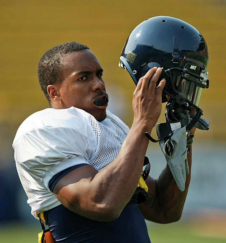 California Running Jahvid Best puts on his helmet during college football practice in Berkeley, Calif., Monday, Aug. 10, 2009. With eight returning starters from a topflight defense, Best and Shane Vereen sharing the running load, and Pac 10 powerhouse Southern California needing to fill plenty of holes, this could be the year the Bears end a more than half century drought and make it to the Rose Bowl for the first time since the 1958 season. (AP Photo/Marcio Jose Sanchez) Photo: Marcio Jose Sanchez, AP / ONLINE_CHECK